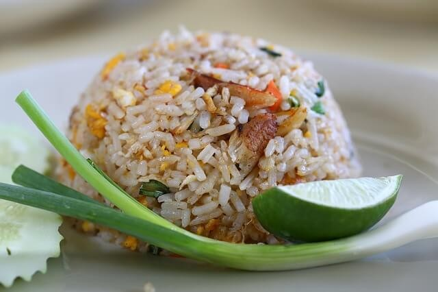 בישול אורז במסעדה תאילנדית